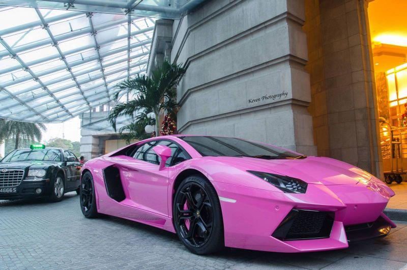 Felroze Lamborghini Aventador Bandenspotter